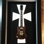 Quadro Tony Iommi com Mini Guitarra